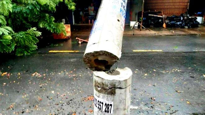 Cột điện bị gãy sau cơn bão