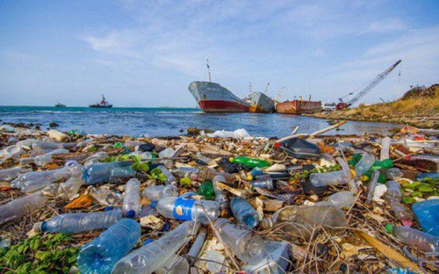 Rác thải nhựa bị vứt xuống biển